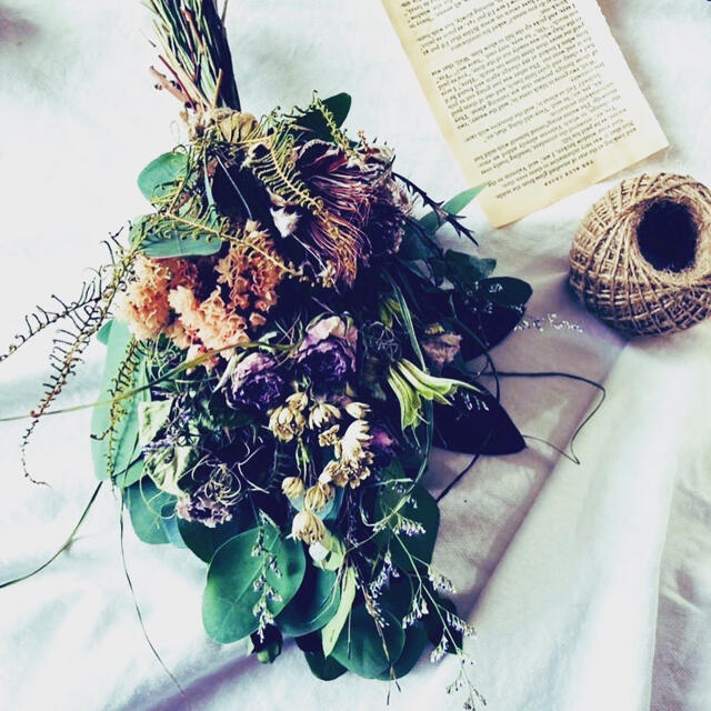 ユーカリポポラスとアンティークカラーの薔薇にプロテア を添えた大人っぽいスワッグ ハンドメイドのフラワー/ガーデン(ドライフラワー)の商品写真