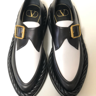 ヴァレンティノガラヴァーニ(valentino garavani)のヴァレンティノガラヴァーニ バイカラー ローファー 未使用品 37サイズ(ローファー/革靴)