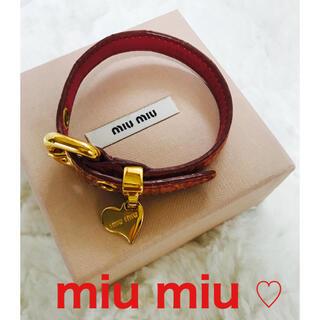 ミュウミュウ(miumiu)のmiu miu ブレスレット くすみピンク ハートチャーム 箱あり(ブレスレット/バングル)