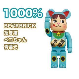 メディコムトイ(MEDICOM TOY)の【送料込み】BE@RBRICK 招き猫 ペコちゃん 青蓄光 1000%(その他)