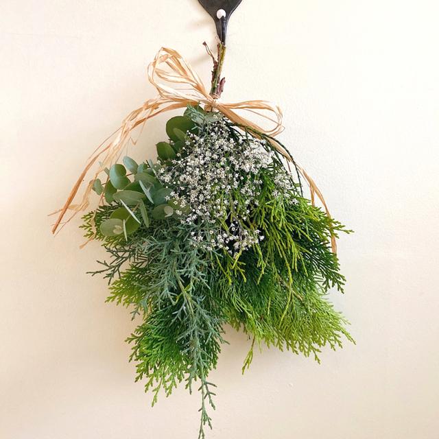 ハーブが香る green&White スワッグ ブーケ  ドライフラワー ハンドメイドのフラワー/ガーデン(ドライフラワー)の商品写真