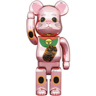 メディコムトイ(MEDICOM TOY)のBE@RBRICK 招き猫 桃金メッキ 発光 400%(キャラクターグッズ)