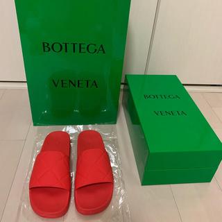 ボッテガヴェネタ(Bottega Veneta)の2021年 新色 ボッテガベェネタ スライダーサンダル トマト 現行 新品同様(サンダル)