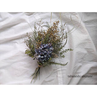 淡い青色の紫陽花と夏の草花を束ねた 花瓶に生ける スワッグ  ドライフラワー(ドライフラワー)