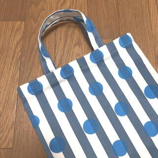 一枚仕立ての軽量ぺたんこバッグ 水玉付きのストライプブルーグレー水色(外出用品)