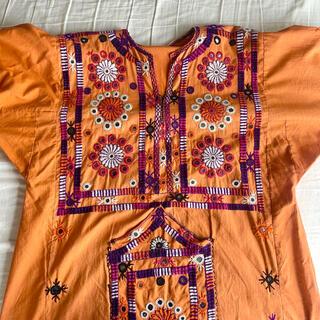 アッシュペーフランス(H.P.FRANCE)のvintageパキスタンコットンミラーワーク刺繍オレンジワンピース バロチドレス(ひざ丈ワンピース)