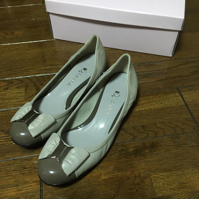 DIANA(ダイアナ)の1度使用♡ダイアナ♡グレージュ♡バイカラーパンプス レディースの靴/シューズ(ハイヒール/パンプス)の商品写真