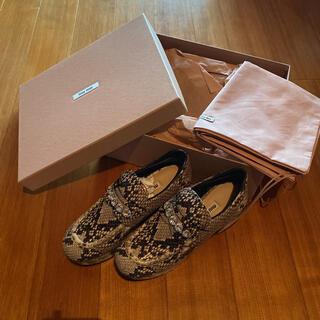 ミュウミュウ(miumiu)のMIUMIU靴(ローファー/革靴)