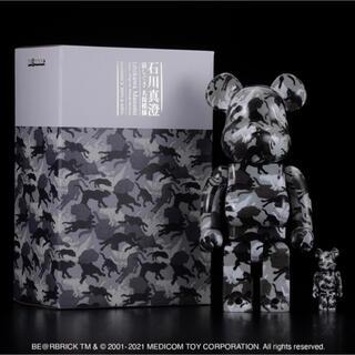 メディコムトイ(MEDICOM TOY)のBE@RBRICK 石川真澄「猫しぐさ名採模様」 100% & 400%(彫刻/オブジェ)