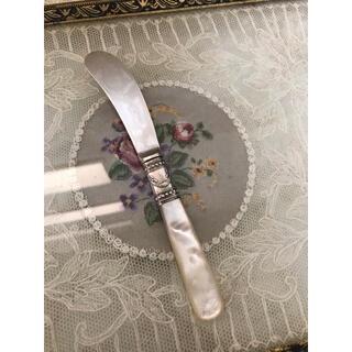 ロイヤルアルバート(ROYAL ALBERT)のレア!マザーオブパールハンドル 繋ぎ目のリボンガーランドが可愛い🎀バターナイフ(カトラリー/箸)