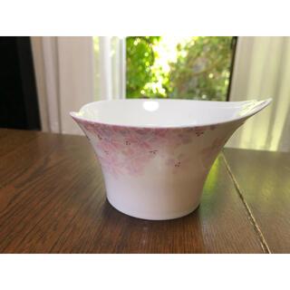 ナルミ(NARUMI)の【NARUMI】花弁型フラワーベース 花瓶 BONE CHINA (花瓶)