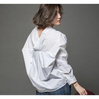 ZARA - ★ &. NOSTALGIA ノスタルジア 衿抜き変形Vネックシャツ 白★