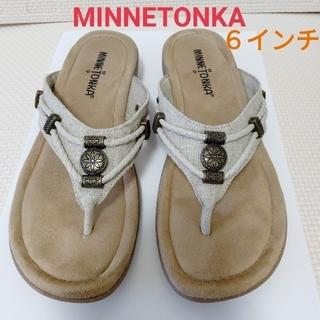 ミネトンカ(Minnetonka)のMINNETONKA 6インチ サンダル ナチュラル SILVER THONE (サンダル)