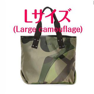 サカイ(sacai)のsacai x KAWS トートバッグ Lサイズ カモ(トートバッグ)