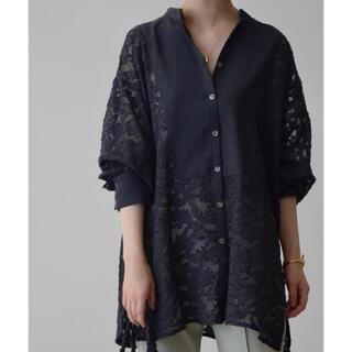 Mila Owen - 【新品タグ付き】バンドカラーシースルーシアージャガードバルーン袖刺繍ブラウス