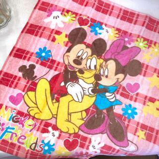 ディズニー(Disney)の【未使用】ミッキーとミニーとプルートのハンドタオル(タオル/バス用品)