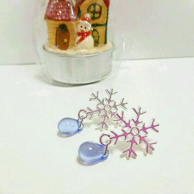 再販3!雪の結晶❄の雫樹脂イヤリング*樹脂ピアス☆★ブルー 送料無料 大人可愛い ハンドメイドのアクセサリー(イヤリング)の商品写真