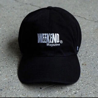 コモリ(COMOLI)の WEEKEND magazine ブラック キャップ CAP(キャップ)