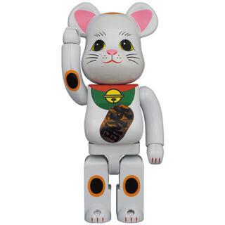 メディコムトイ(MEDICOM TOY)の新品未開封 BE@RBRICK 招き猫 白メッキ 発光 400%(キャラクターグッズ)