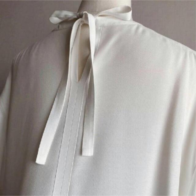DEUXIEME CLASSE(ドゥーズィエムクラス)のLOHEN ローヘン バックリボンブラウス・ホワイト/新品タグ付き レディースのトップス(シャツ/ブラウス(半袖/袖なし))の商品写真