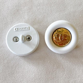 シャネル(CHANEL)のCHANEL ボタン 刻印あり 2つセット ゴールド ホワイト(各種パーツ)