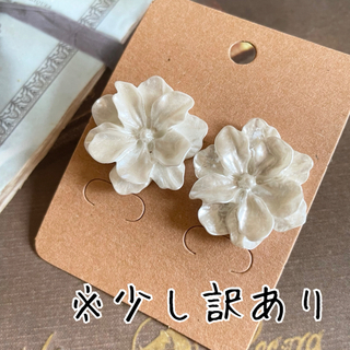 No.065:大きなホワイトフラワーのピアス【少し訳あり】(ピアス)