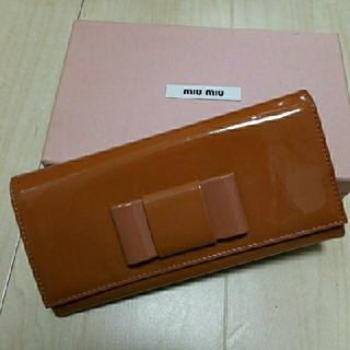 ミュウミュウ(miumiu)のミュウミュウ miumiu エナメル リボン 長財布 箱付き(色褪せベタつき)(財布)