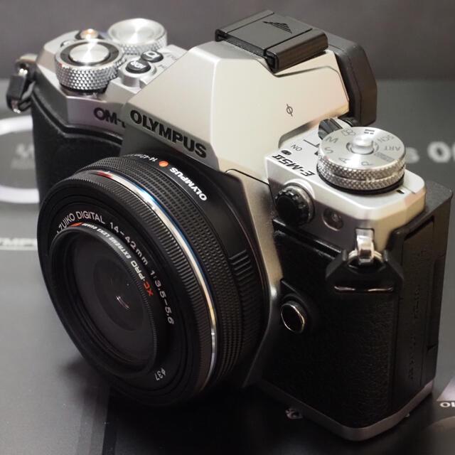 OLYMPUS(オリンパス)のオリンパスOM-D E-M5MarkⅡ14-42EZレンズセット超美品! スマホ/家電/カメラのカメラ(ミラーレス一眼)の商品写真