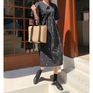dholic - 【新品】韓国ファッション 小花刺繍Vネックワンピース【ブラック】