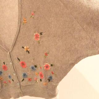 アースミュージックアンドエコロジー(earth music & ecology)の花刺繍カーディガン(カーディガン)
