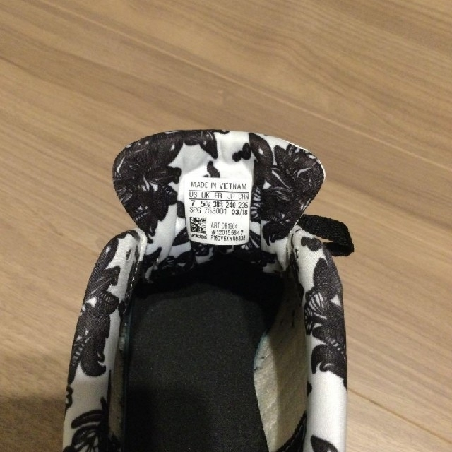adidas(アディダス)のSORA様専用【値下げ中】 アディダス  白×花柄 24.0 レディースの靴/シューズ(スニーカー)の商品写真