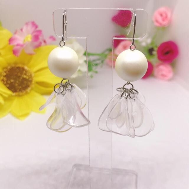 大ぶりパールと透明な花びら フックピアス*イヤリングに変更可能 ハンドメイドのアクセサリー(ピアス)の商品写真