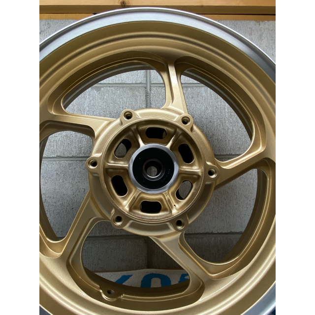 カワサキ(カワサキ)のゼファー1100ホイール リペイント ゴールドメタリック 塗装後未使用 ウレタン 自動車/バイクのバイク(パーツ)の商品写真