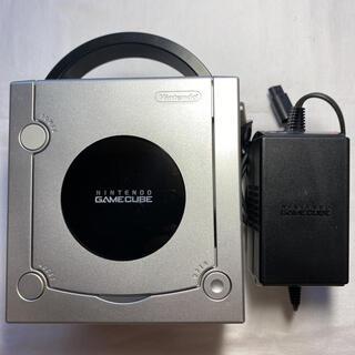 ニンテンドーゲームキューブ(ニンテンドーゲームキューブ)の北米版に改造 GC ゲームキューブ シルバー 英語版 本体とアダプタ 管理565(家庭用ゲーム機本体)