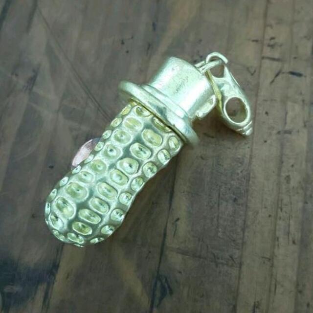 ☆匿名配送☆ ゴールド 真鍮 ピーナッツ キーホルダー あっかんべえ 昭和時代 メンズのアクセサリー(ネックレス)の商品写真