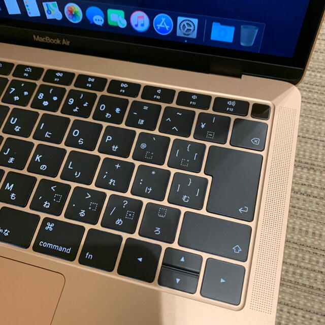 Apple(アップル)のMacbook Air 2018 gold 13.3インチ 充放電11回 スマホ/家電/カメラのPC/タブレット(ノートPC)の商品写真