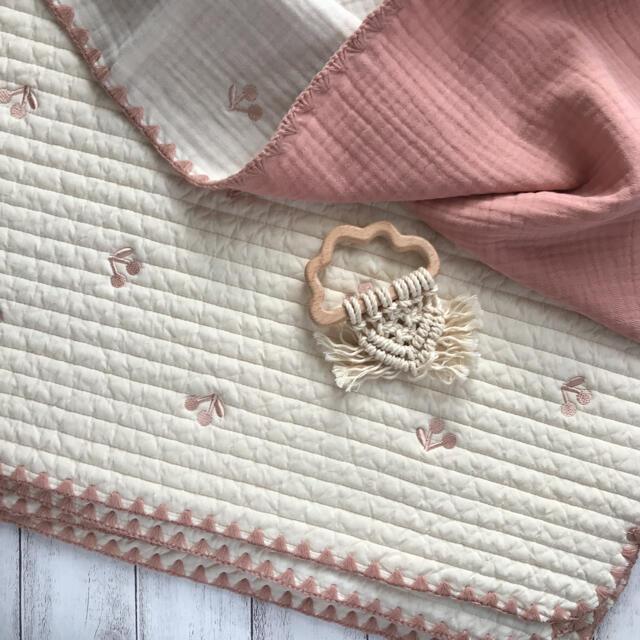 さくらんぼピンク刺繍  6重ガーゼケット 70×90㎝ 韓国イブル キッズ/ベビー/マタニティのこども用ファッション小物(おくるみ/ブランケット)の商品写真
