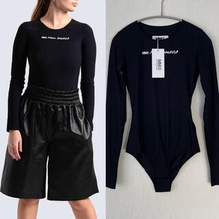 エムエムシックス(MM6)の【新品】MM6 MaisonMargiela  ブランドロゴ入り ボディースーツ(Tシャツ(長袖/七分))