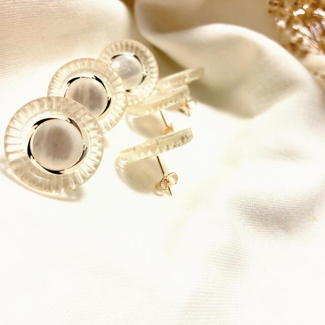 クリアな鮮やかホワイトピアス ハンドメイドのアクセサリー(ピアス)の商品写真
