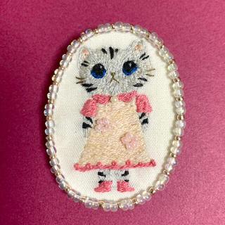 107 ワンピースを着た猫さんの刺繍ブローチ