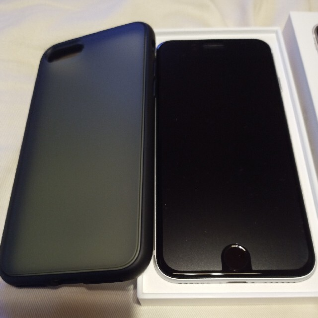 iPhone(アイフォーン)のiPhone SE 第2世代 (SE2) ホワイト 64 GB SIMフリー スマホ/家電/カメラのスマートフォン/携帯電話(スマートフォン本体)の商品写真