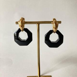 エイボン(AVON)のAVON ゴールド×ブラックリングのイヤリング(イヤリング)