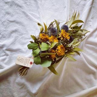 澄んだ空色アザミと真夏の向日葵のオシャレなスワッグ(ドライフラワー)
