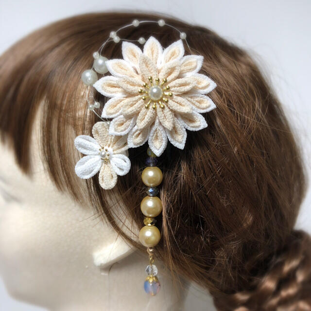 つまみ細工 髪飾り ビーズさがり ベージュ ハンドメイドのアクセサリー(ヘアアクセサリー)の商品写真
