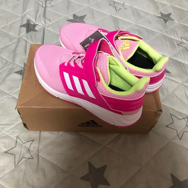 adidas(アディダス)の新品未使用 adidas ファイト 22.5cm キッズ/ベビー/マタニティのキッズ靴/シューズ(15cm~)(スニーカー)の商品写真