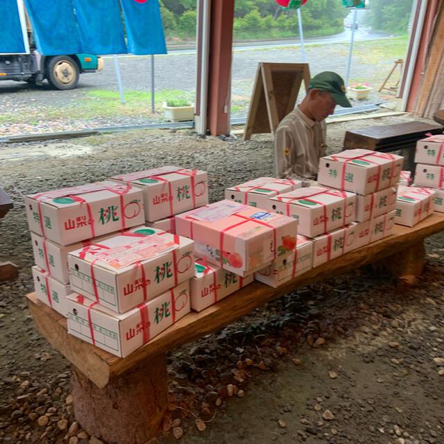 MaMaさま専用 山梨の甘い桃 大玉を2キロの箱に6個詰め発送  食品/飲料/酒の食品(フルーツ)の商品写真