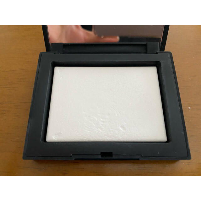 NARS(ナーズ)の⭐︎値下げ⭐︎NARS ライトリフレクティングセッティングパウダープレストN コスメ/美容のベースメイク/化粧品(フェイスパウダー)の商品写真