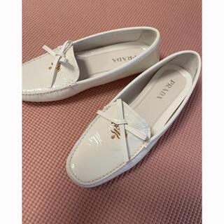 プラダ(PRADA)のPRADA  フラットジュース ホワイト (ローファー/革靴)