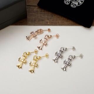 chrome heartsクロ心は十字架のピアスにもぐりこんでいる。