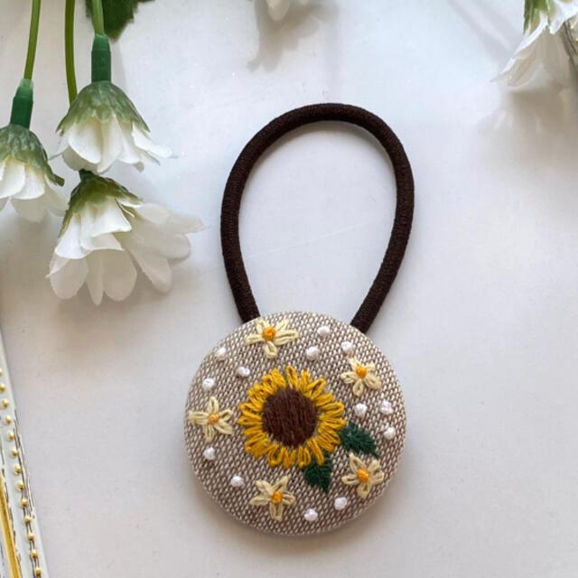 くるみボタン ヘアゴム 刺繍 ヒマワリ ハンドメイドのアクセサリー(ヘアアクセサリー)の商品写真